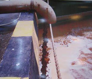 Thanh tra Bộ cũng yêu cầu Vedan trong vòng một tháng kể từ ngày nhận được quyết định xử phạt phải tháo gỡ toàn bộ hệ thống đường ống, cống ngầm, máy bơm và các thiết bị khác có liên quan đã dùng để xả chất thải lỏng từ khu vực sản xuất ra sông Thị Vải - Ảnh: Cục Cảnh sát môi trường